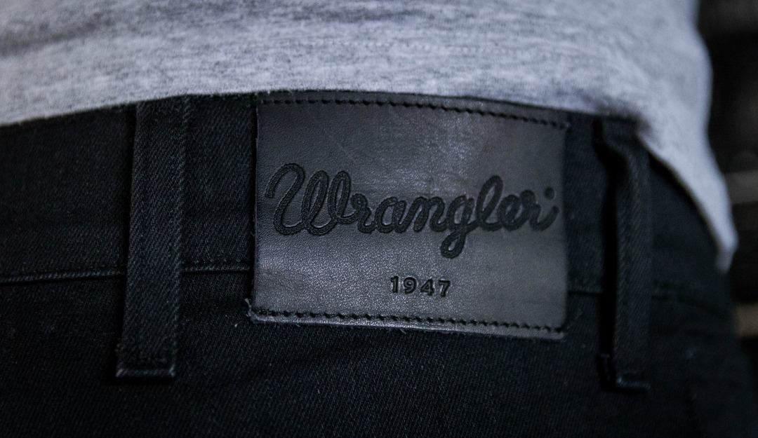 wrangler-bouton-perfect-black-03.jpg