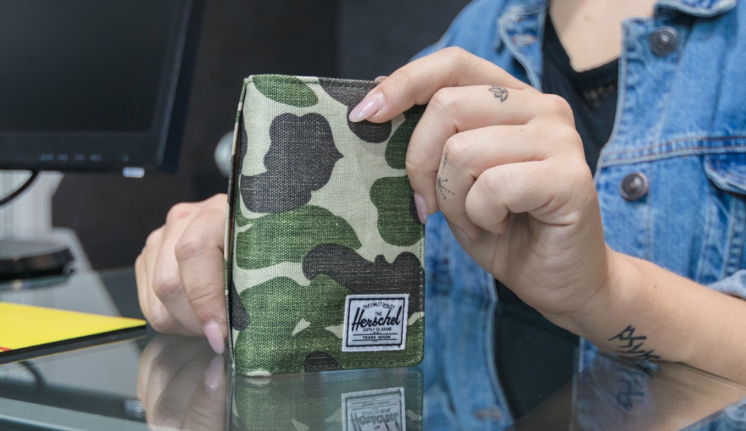 herschel-supply-co-chapter-frog-cam-beauty-case-+-frank-frog-camo-wallet-06.jpg