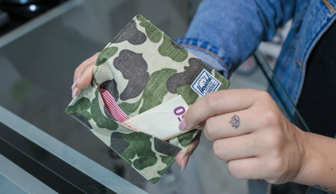 herschel-supply-co-chapter-frog-cam-beauty-case-+-frank-frog-camo-wallet-08.jpg